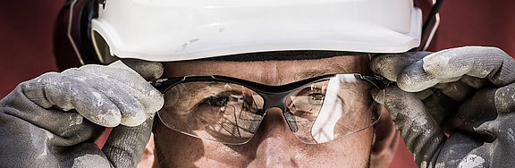 Man_with_protection_glasses_helmet_and_gloves.jpg